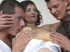 Señora madura peluda follando en un trío tórrido