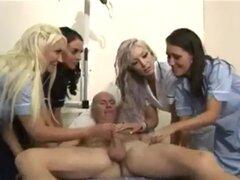 Las enfermeras calientes de cfnm manejan la esponja sexy. Las enfermeras calientes de cfnm manejan la esponja sexy.