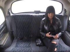Puta morena chica Tera chupa y folla duro dentro del taxi. Bonita morena Tera se salta en el taxi y ella es terrible pasajero de taxi Ella seduce al conductor y le da un buen sexo maldito pero primero chupa su carne y luego cabalga sobre él No lo suficien