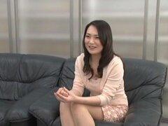 Japonesa MILF obtiene una facial en la entrevista. Caliente MILF japonesa consiguió follada duro en un casting. Al final de este clip, ella consiguió un gran facial.