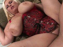 Gorda rubia en lencería Tiffany Blacke da titjob increíble