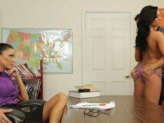 Profesor estricto Jessica Jaymes relojes cómo sus estudiantes unos a otros por favor