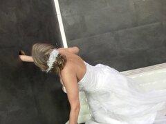 La novia consigue bukkaked wam. La novia consigue bukkaked wam después caballo dick falso gloryhole