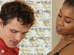 Sexy masajista da un masaje nuru agradable y atornillado duro. Masajista sexy ébano Yasmine De Leon le da un masaje nuru agradable y duro atornillada por su cliente de pervertido