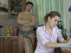 PantyhoseTales película: Cecilia y Adán, la rubia lucir caliente de Cecilia está en la cocina donde su magro cuerpo sexy es tal vez el de Adán que él tiene un hardon y pronto la manguera de panty follando es lo que van a tener para el desayuno. Sus pantim