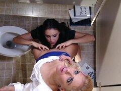 Compañeros de trabajo lesbianas gancho en baño de