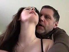 polla hambre chica con anciano