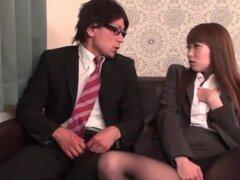 Japonesa AV modelo de oficina de chica seduce a su trabajador co, japonesa AV modelo es una señora cachonda oficina bonito traje con minifalda sexy y medias de nylon negro. Ella comienza a masturbarse su coño sexy delante de su compañero sorprendido. El c