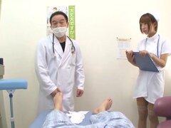 Enfermera japonesa atractiva agradable su peluda coño con los dedos