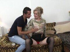 Abuela rubia con saggy tetas ama polla joven