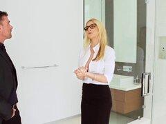 Tetonas en el trabajo - escena de su primera gran venta protagonizada por Sarah Vandella Keiran Lee y Toni Ribas. Tetonas en el trabajo - escena de su primera gran venta protagonizada por Sarah Vandella Keiran Lee y Toni Ribas
