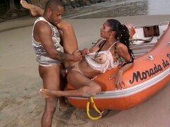 Lo sexy Emanuelle Diniz sopla polla y folla en la playa