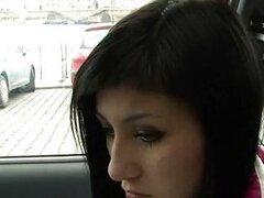 Mona follada en el coche por dinero