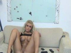 Chica hermosa con tetas redondas muestra su coño en la webcam. Chica hermosa con tetas redondas muestra su coño en naughty amateur la webcam apretado