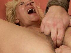 Polla dura golpeando coño peludo de una chica rubia de la abuela