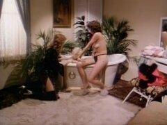 Dos cachondas lesbianas cuties en película de sexo vintage. Bellezas lesbianas disfrutan de un caliente coño comer y clítoris lamiendo la acción con los demás en este caliente video porno vintage.