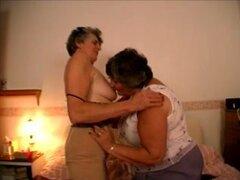 Gran mujer tetona y su amiga de la abuela en acto lesbico