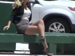 PantyhosePops Video: Kennedy Leigh, en un principio, Kennedy Leigh parecía muy cómodo en el teléfono. Ella se sienta en un banco, posando sus largas piernas frente a ella. Su falda paseos para arriba, exponer la ausencia de bragas. Pero ella toma su tiemp