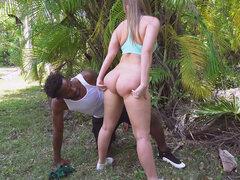 Hombre negro aprieta el culo caliente de Harley Jade al aire libre - Harley Jade