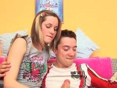 Adolescente obtiene anal creampie. Dick succión teen es follada analmente y creampied en hd