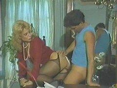 Cachonda MILF rubia muy puta mama la dura polla de un jovencito en video porno vintage