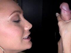Rubia de gloryhole mamada traga polla rubia mamada traga semen porque le encanta Gloryhole