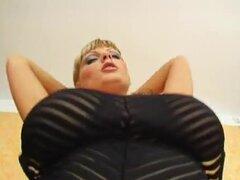 Sheila es una rubia con doble D taza de boobs y un culo de muy roundfirm., Sheila es una rubia con doble D copa tetas y un culo muy roundfirm. Cubre su cuerpo aceite de pollo y mostró sus enormes tetas.