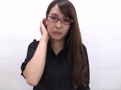 Caliente chica con gafas amor arar su coño con un consolador