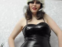 Dominatrix tetona rubia en falda de cuero muestra, dominatrix rubia tetona increible está mostrando sus grandes jarras envasados un vestido de cuero y se ve muy caliente en este video de alta calidad.