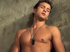 Musculoso gay Jonathan Lowe es masturbándose su vara en la ducha