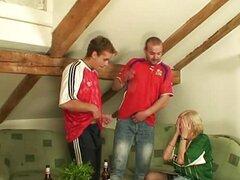 Dos amigos ver fútbol y follan a abuela cachonda