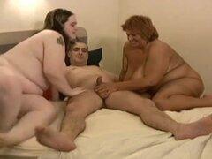 Follando con dos chicas gorditas en caliente trío FFM, tuve la suerte de follar a mi esposa gorda y su amiga madura al mismo tiempo e hicimos este clip trío BBW.