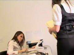 Celeste Star y Georgia Jones - que necesita usted en mi escritorio, Celeste Star y Georgia Jones saltar el cortejo de la oficina y la torpeza e ir a la derecha al sexo lésbico en el escritorio del jefe, en esta escena de 33 minutos del día de la Secretari