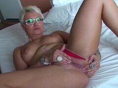Madura nena Victoria consiguió desnuda y ahora ella está jugando con su twat - Victoria