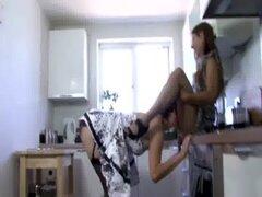 Sucia lesbiana tiene su coño lamido en la mesa de la cocina