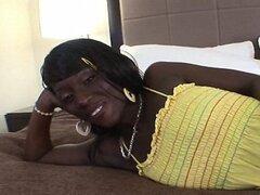 Linda Teen negra tiradas en la polla y es follada duro en POV Amateur Video