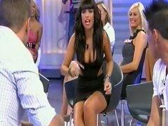 Tetona babe en demostración de la realidad da destellos de upskirt, ella? s haciendo una reunión de la realidad Mostrar en un ceñido vestido y como reacciona airadamente a uno de los otros miembros del elenco ella expone sus bragas en un video de upskirt