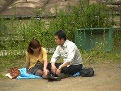 Caliente pareja japonesa divertirse hardcore fuera sexo, esta pareja caliente y cachonda japonesa no tiene ni idea que son siendo observados por un rizado voyeur con una cámara cuando pusieron su manta en el parque. El sol les hace sentir muy cachonda, y