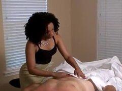 Viejo hombre blanco folla dos adolescentes de ébano lindo después de masaje