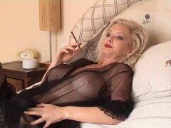 Caliente rubia Cougar fumar Solo en ropa interior y medias