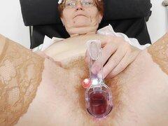 Enfermera de abuelita muestra su gran arranque