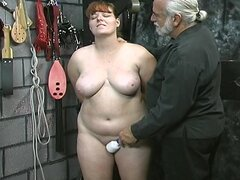Esclavo morena joven linda chica tiras desnuda humillación juegan en sótano