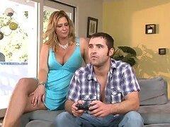 Tio folla a su esposa y su madre en el sofá