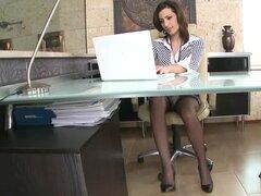 Secretaria sexy obtiene la enorme polla de su jefe