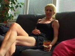 Trude chupa Dick a conseguir un trabajo, Trude necesitaba el trabajo que fue entrevista para así ella vestía un sexy par de bragas y que separe las piernas abierto como se sentó frente a él. Ella podría verlo mirando a su coño así que peladas las bragas d