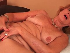 Abuela gorda folla su polla con su coño sin afeitar
