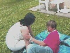 Gordita morena madre al aire libre por joven,