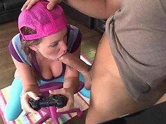 Caliente adolescente jovencita es follada hardcore por su novio mientras juega un videojuego