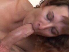 Mujer peluda disfruta follando peluda