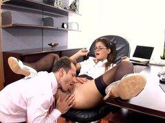 Secretaria cachonda follada en su escritorio en ropa interior